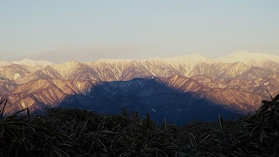 南アルプスに富士の陰